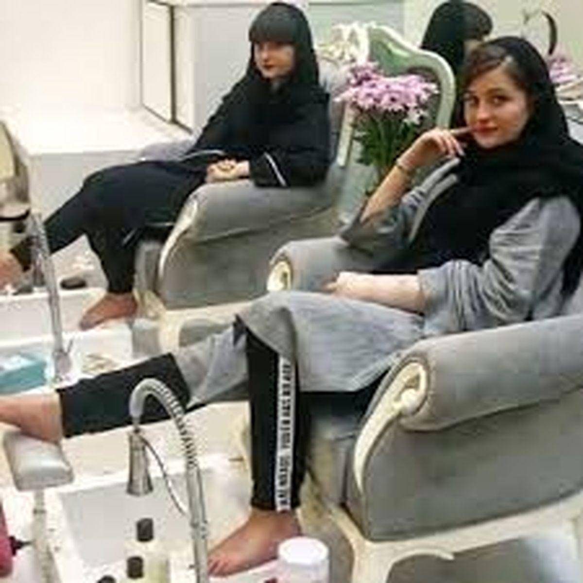 توهین زشت سارا و نیکا به مادرشان در لایو اینستاگرام | فیلم
